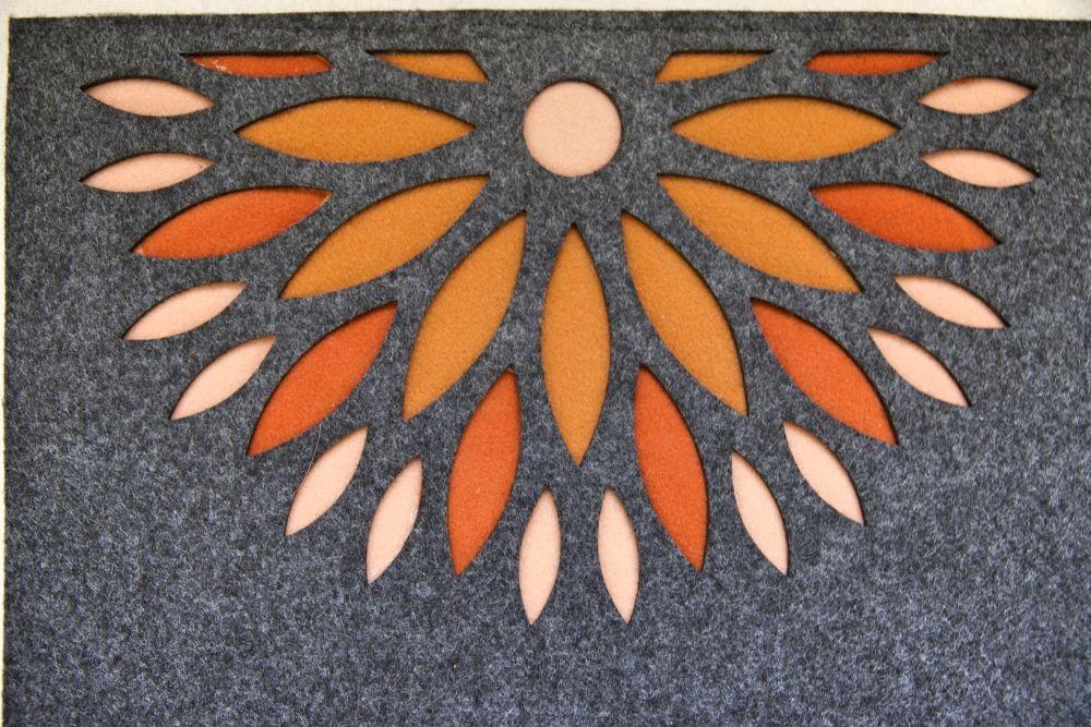 Cięcie filcu. Materiał doskonale sprawdza się jako element dekoracyjny do wnętrz, doskonale izoluje termicznie i akustycznie.