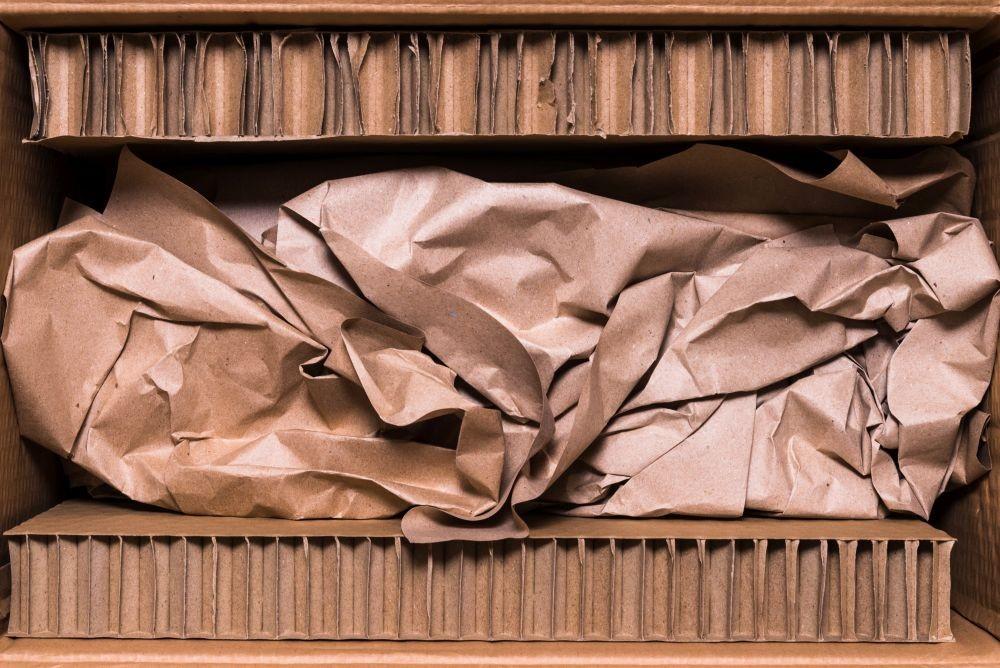 Cięcie kartonu plaster miodu. Materiał używany do produkcji ekspozytorów reklamowych (POS / POP) Reboard stosowany jest także do produkcji mebli.