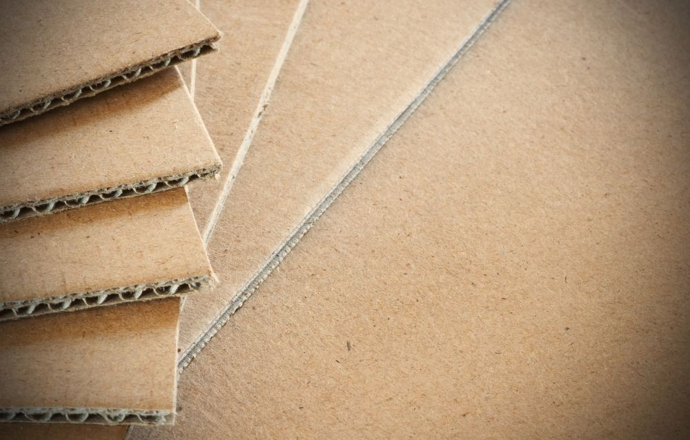 Cięcie tektury litej.  Druk na tekturze. Ten rodzaj materiału wykorzystujemy np. jako opakowania transportowe, opakowanie klapowe.