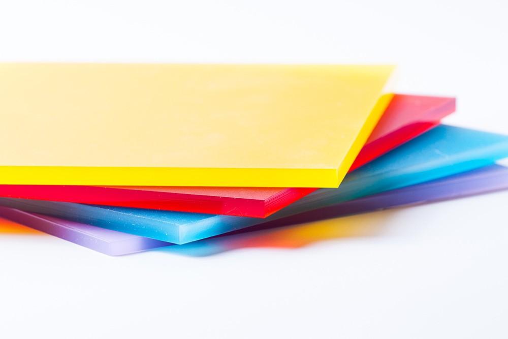 Cięcia HIPSU, z materiału powstają m.in. podświetlane kasetony- lightboxy, stojaki reklamowe, tablice reklamowe, osłony i obudowy